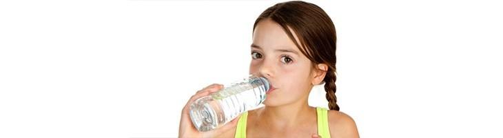 La importancia de que tus hijos beban mucha agua en verano